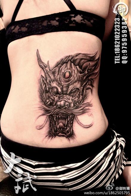 美女腰部霸气超酷的龙头纹身图案