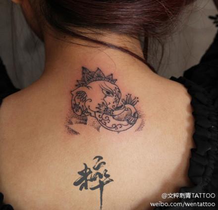 女生颈部凶悍的线条象神纹身图案