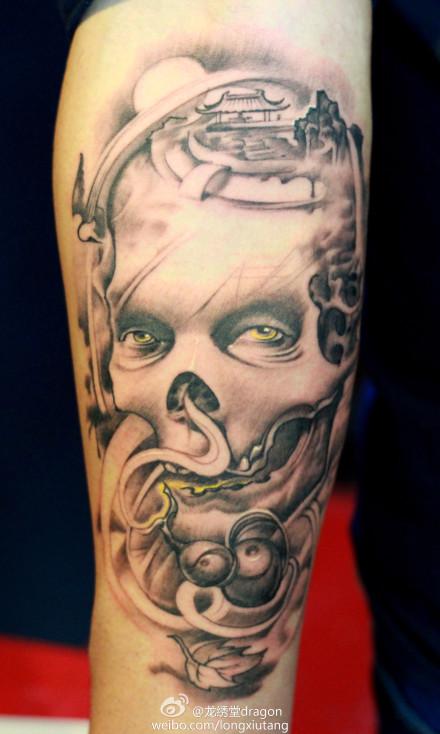 手臂霸气潮流的黑白骷髅纹身图案
