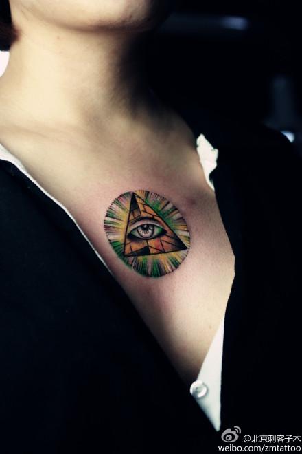 美女前胸超酷的全视之眼纹身图案