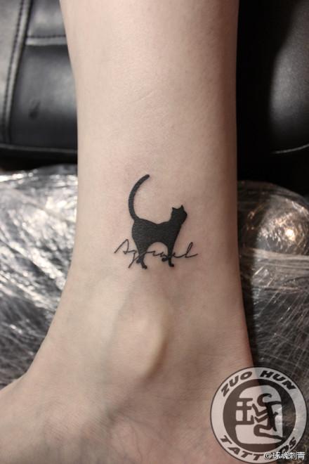 女生脚踝处可爱的小猫咪纹身图案