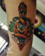 手臂内侧漂亮时尚的new school匕首玫瑰花纹身图案
