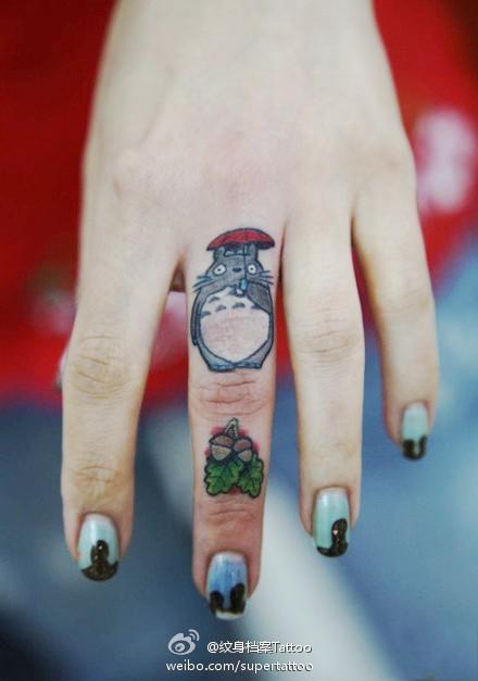 女生手指可爱的小龙猫纹身图案