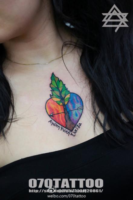 女生胸前经典的爱心与小树纹身图