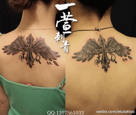 颈部潮流时尚的情侣十字架翅膀纹身图案