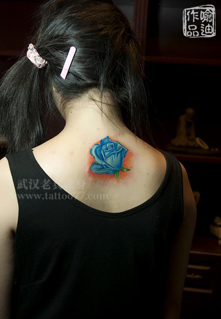颈部逼真玫瑰纹身由武汉最好纹身店打造