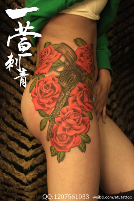 美女臀部漂亮精美的玫瑰花与手枪纹身图案