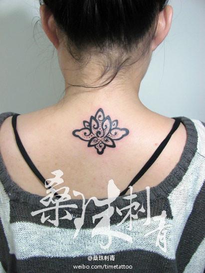 女生后背潮流精美的图腾莲花纹身图案