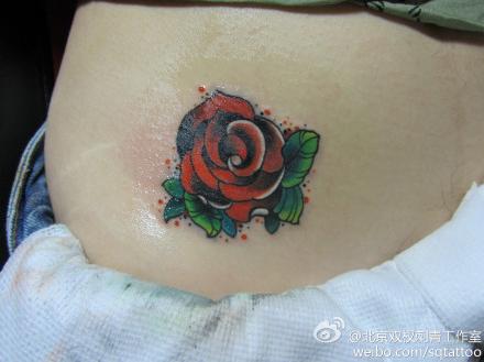 女生腹部潮流的school风格玫瑰花纹身图案图片