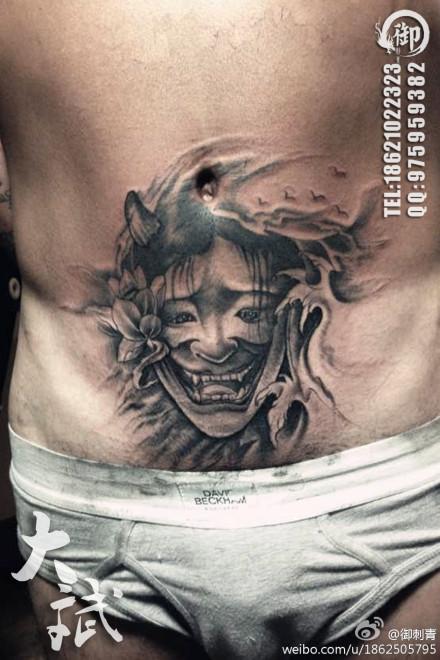 男人腹部潮流经典的般若纹身图案