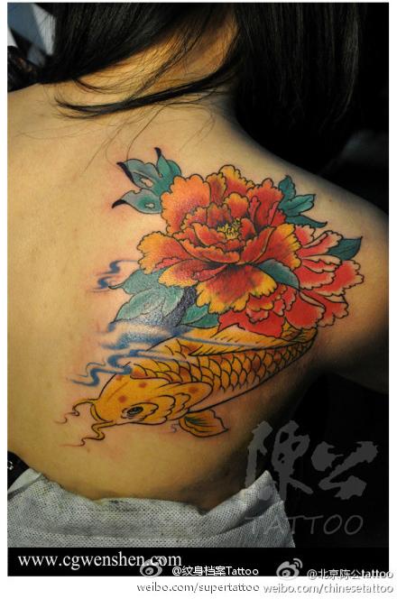 女生后背漂亮的彩色牡丹鲤鱼纹身图案