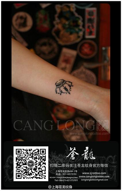 女生手臂时尚漂亮的小皇冠纹身图案