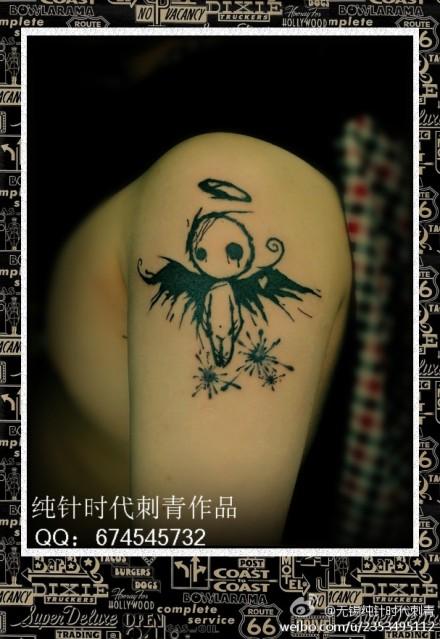 男生手臂一款潮流的图腾小天使纹身图案