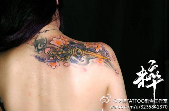 生后肩背漂亮的金刚杵纹身图案图片