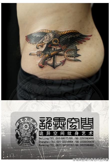 男人腰部经典帅气的老鹰纹身图案