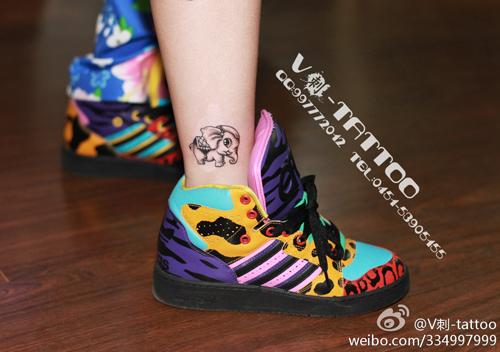 女生腿部可爱很萌的小象纹身图案