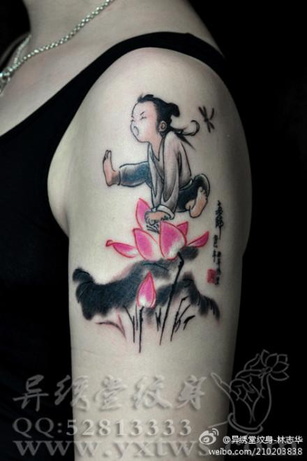 手臂唯美的水墨莲花纹身图案