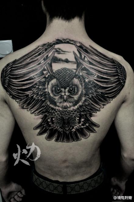 男人后背超酷的猫头鹰纹身图案