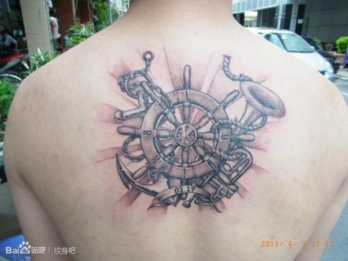 后背经典潮流的船舵纹身图案图片