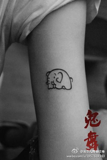 女生手臂内侧可爱的小象纹身图案图片