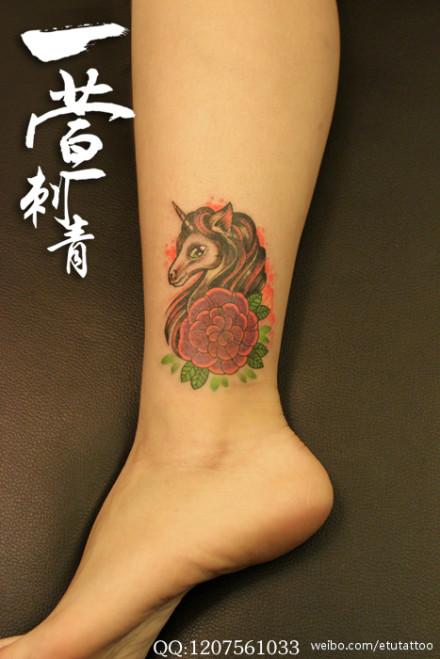 女生脚踝处唯美潮流的独角兽纹身图案