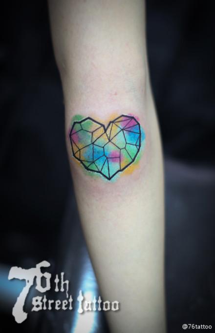 女生手臂小巧精美的彩色爱心纹身图案图片