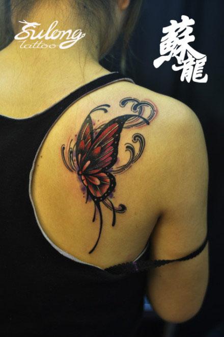 美女肩膀潮流时尚的蝴蝶纹身图案