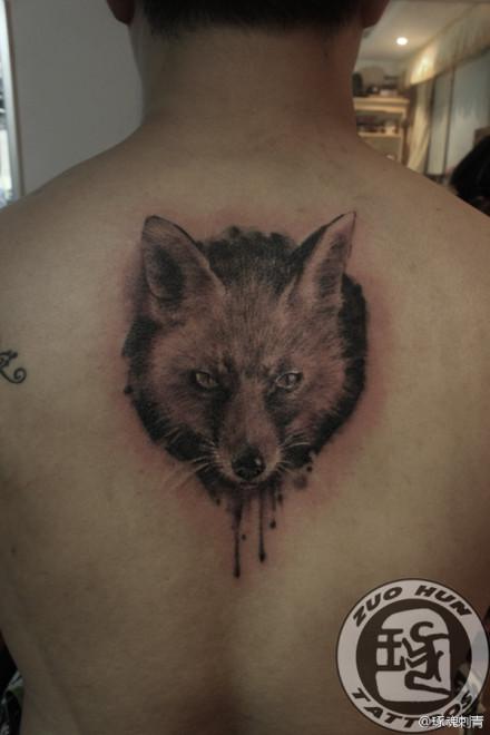 后背一款经典时尚的狐狸纹身图案