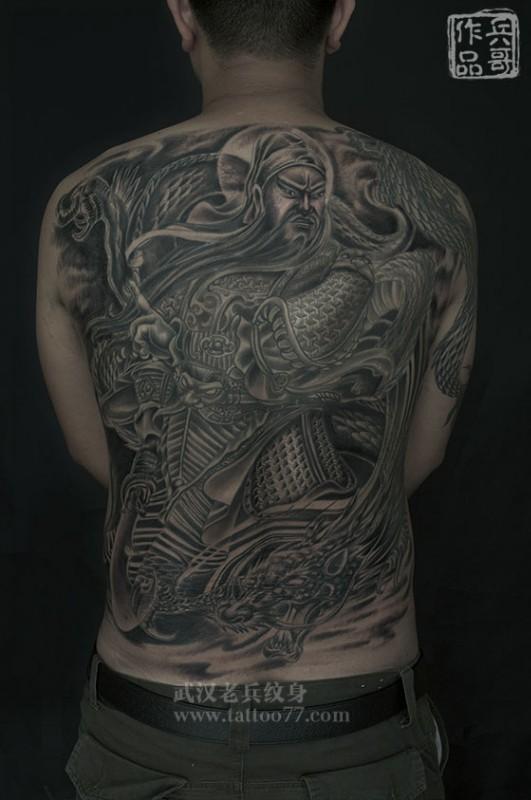 威武霸气的满背关公战龙纹身出自武汉最好纹身