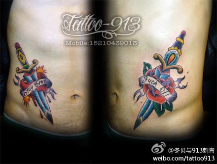 男生腹部经典潮流的匕首玫瑰花纹身图案