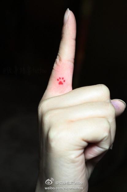女生手指小巧的猫咪爪印纹身图案