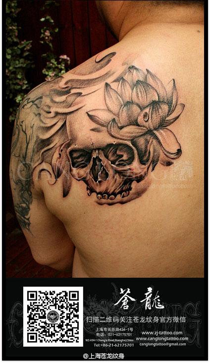男生后肩背潮流帅气的骷髅莲花纹身图案