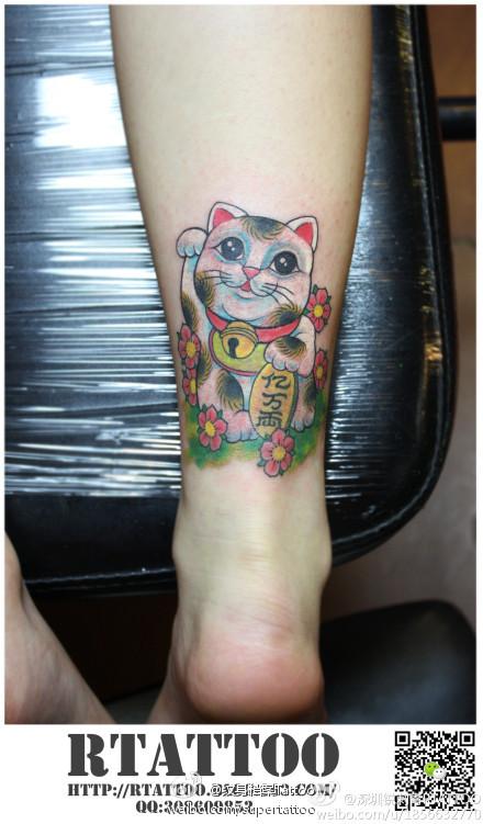 腿部潮流时尚的点刺雪花纹身图案; 美女腿部潮流精美的招财猫纹身图案