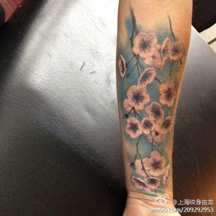 手臂漂亮潮流的桃花纹身图案