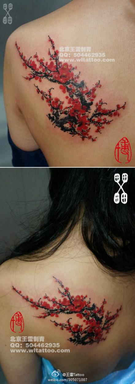 美女后肩背漂亮潮流的梅花纹身图案