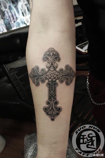 手臂十字架纹身图案