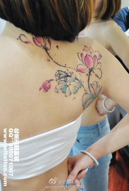 美女后背漂亮潮流的水墨莲花纹身图案