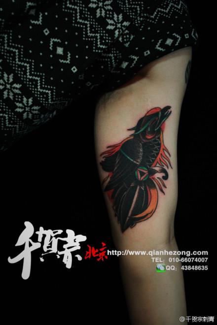手臂内侧一款经典的乌鸦纹身图案图片