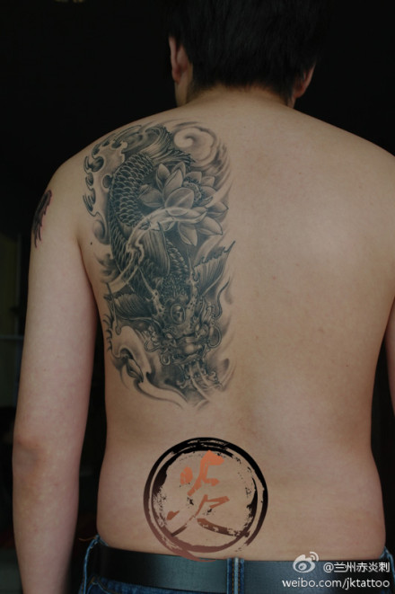 男人后背潮流帅气的鳌鱼纹身图案; 甘肃兰州赤炎刺纹身工作室2013最新