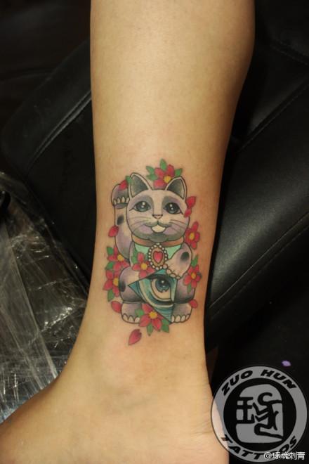女生腿部潮流可爱的招财猫纹身图案