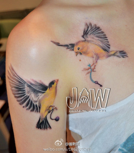 女生手臂与胸前潮流好看的小鸟纹身图案