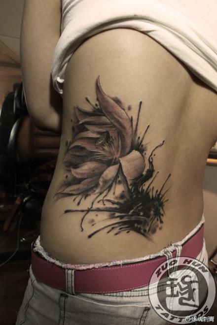 女生腰部潮流唯美的黑灰莲花纹身图案图片