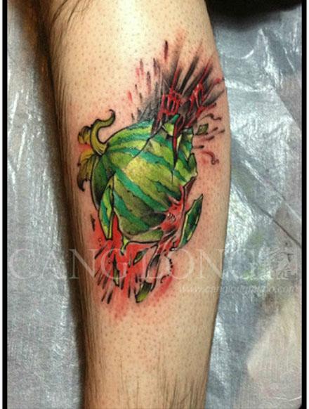 腿部一款击破的西瓜纹身图案