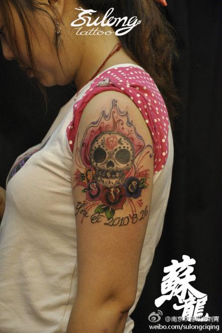 女生手臂经典潮流的一款欧美花骷髅纹身图案