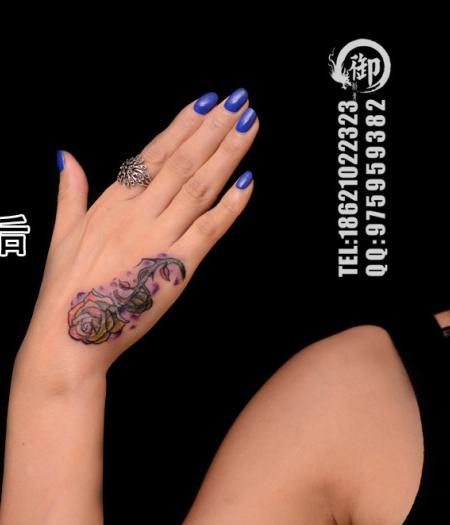 女生手部潮流唯美的玫瑰花纹身图案