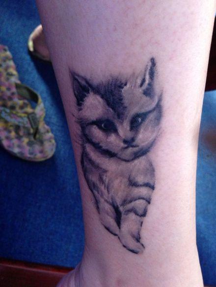 女生手臂小巧可爱的图腾猫咪纹身