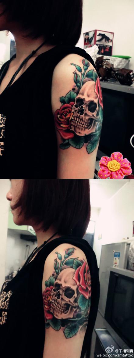 女生手臂潮流经典的一款骷髅与玫瑰花纹身图案