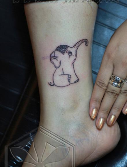 女生腿部可爱潮流的一款小象纹身图案