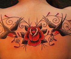 推荐一款后背玫瑰花燕子纹身图案