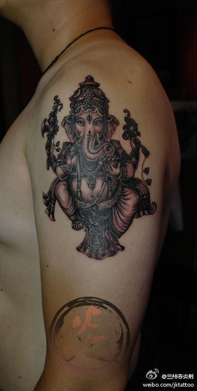 男人手臂一款经典潮流的象神纹身图案